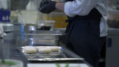 Köket lagar vegetariska biffar